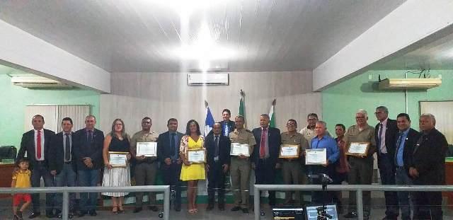 Policiais militares e servidores civis do Colégio da PM em Araguatins recebem Moção de Aplausos da Câmara Municipal