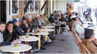 la disposition des tables dans la terrasse d'un café marocain