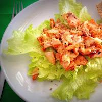Salada de salmão grelhado com queijo