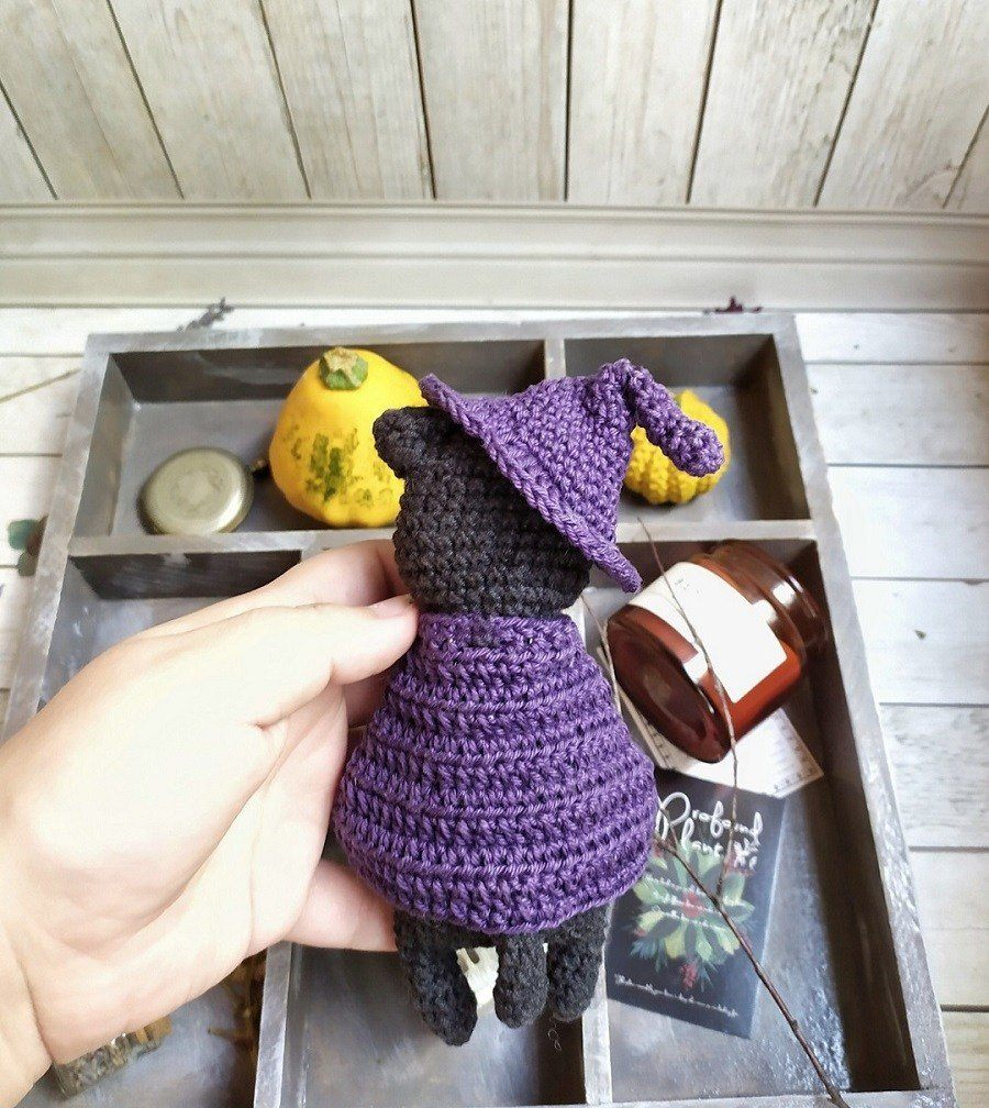 Crochet cat in cape
