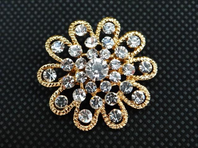 złota ozdobna broszka retro vintage z kryształkami netstylistka