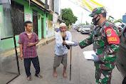 Dimassa Pandemi Covid-19, Babinsa Kelurahan Petojo Utara Bantu Bagikan Nasi Kotak