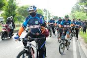 Bansos dari Presiden RI, Pedagang Kaki Lima Mendapat Perhatian Dari Kapolda Kalteng Saat Bersepeda