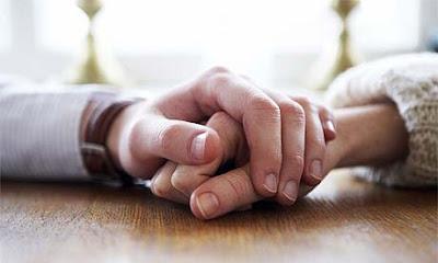 tangan suami istri saling berpegangan
