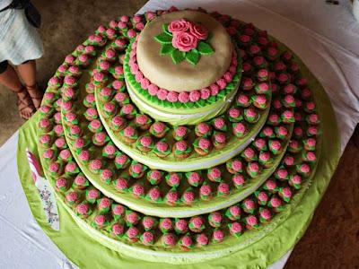 ... selbstgemachten Ständer, 1 Hochzeitstorte und 300 kleinen Muffins :o