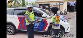 Operasi Lilin 2020 : Kasat Lantas Polres Pinrang Akp Dharmawaty Bagikan 65 WAIST Bag P3C Kepada Personil Untuk Pencegahan Covid19