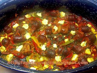 Πιπεριές με λουκάνικα στη γάστρα - από «Τα φαγητά της γιαγιάς»