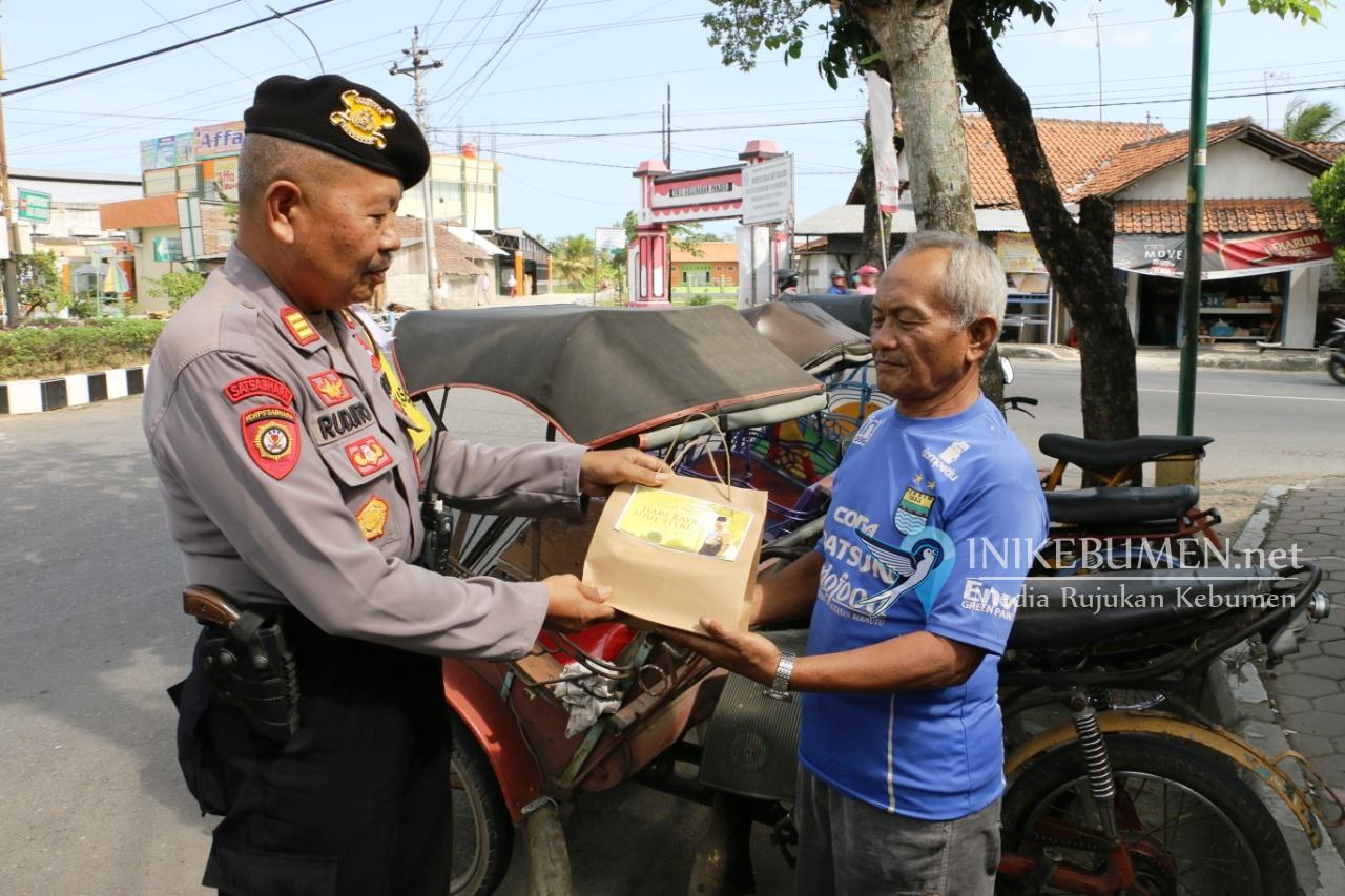 Keren, Polres Kebumen Gelar Patroli Sambil Bagikan Paket Sembako Gratis