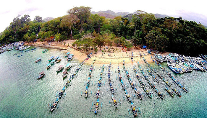 Berenang Santai Di Pantai Sendang Biru Wisata Malang