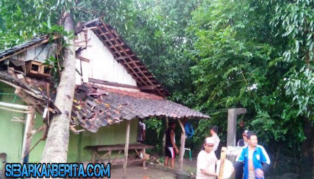 Sebuah rumah di Grobogan, Jawa Tengah, rusak tertimpa pohon berukuran besar.