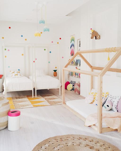 اوضة بنات بسريرين وشمكن اضافة سرير ثالث , الوان فاتحه , غرفة واسعة