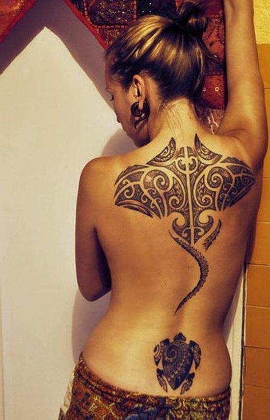 espectacular tatuaje de mantarraya en la espalda de una modelo