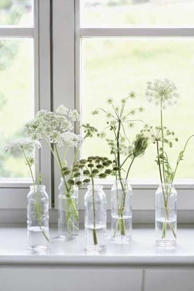 Botol kaca menjadi hiasan rumah bergaya Nordic yang sederhana tapi istimewa.