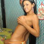 Andrea Rincon, Selena Spice Galeria 36 : Shakiras, Camiseta Negra Con Amarillo y Rojo, Tanga Amarilla y Naranja Foto 110