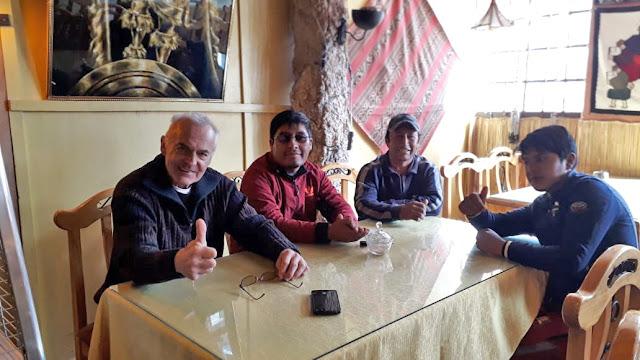 Mit meinem Empfangsteam bereit zum Frühstück in Uyuni