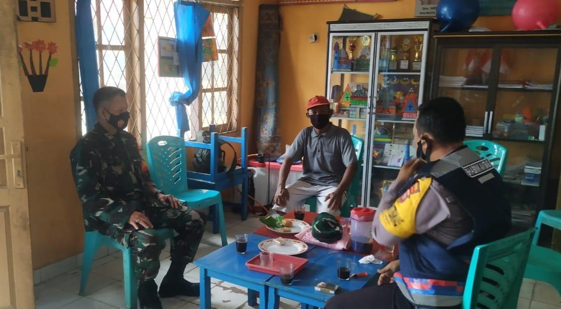 Bintara Pembina Desa (Babinsa) Koramil 410-06/Kedaton Peltu Mansyah melaksanakan kegiatan Komunikasi Sosial (Komsos)