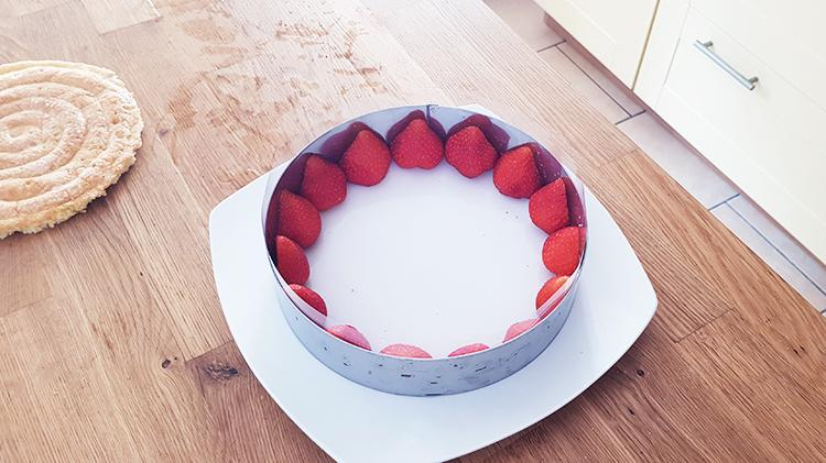 Montage fraisier : mettre les fraises