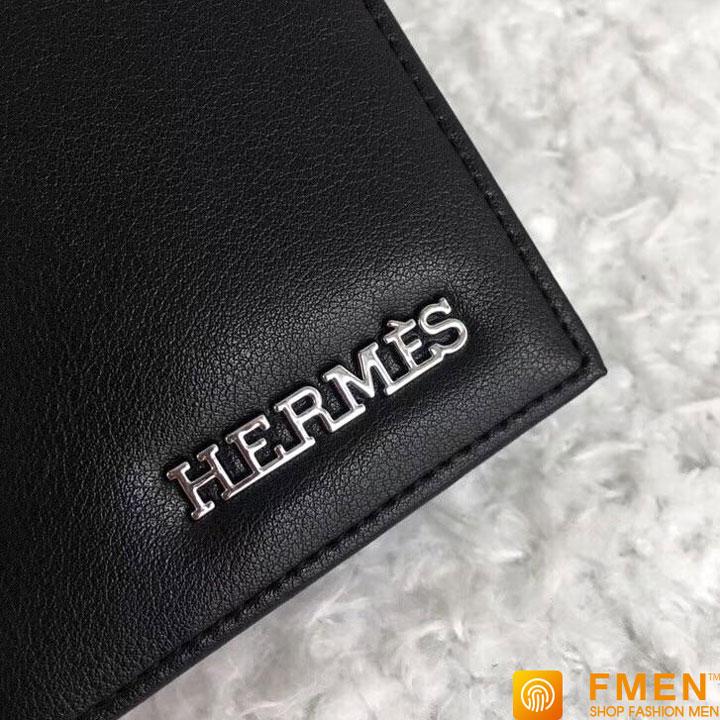 Logo chữ nổi làm bằng kim loại không rỉ cao cấp mạ PVD sáng trên ví dài nam Hermes siêu cấp chuẩn like auth