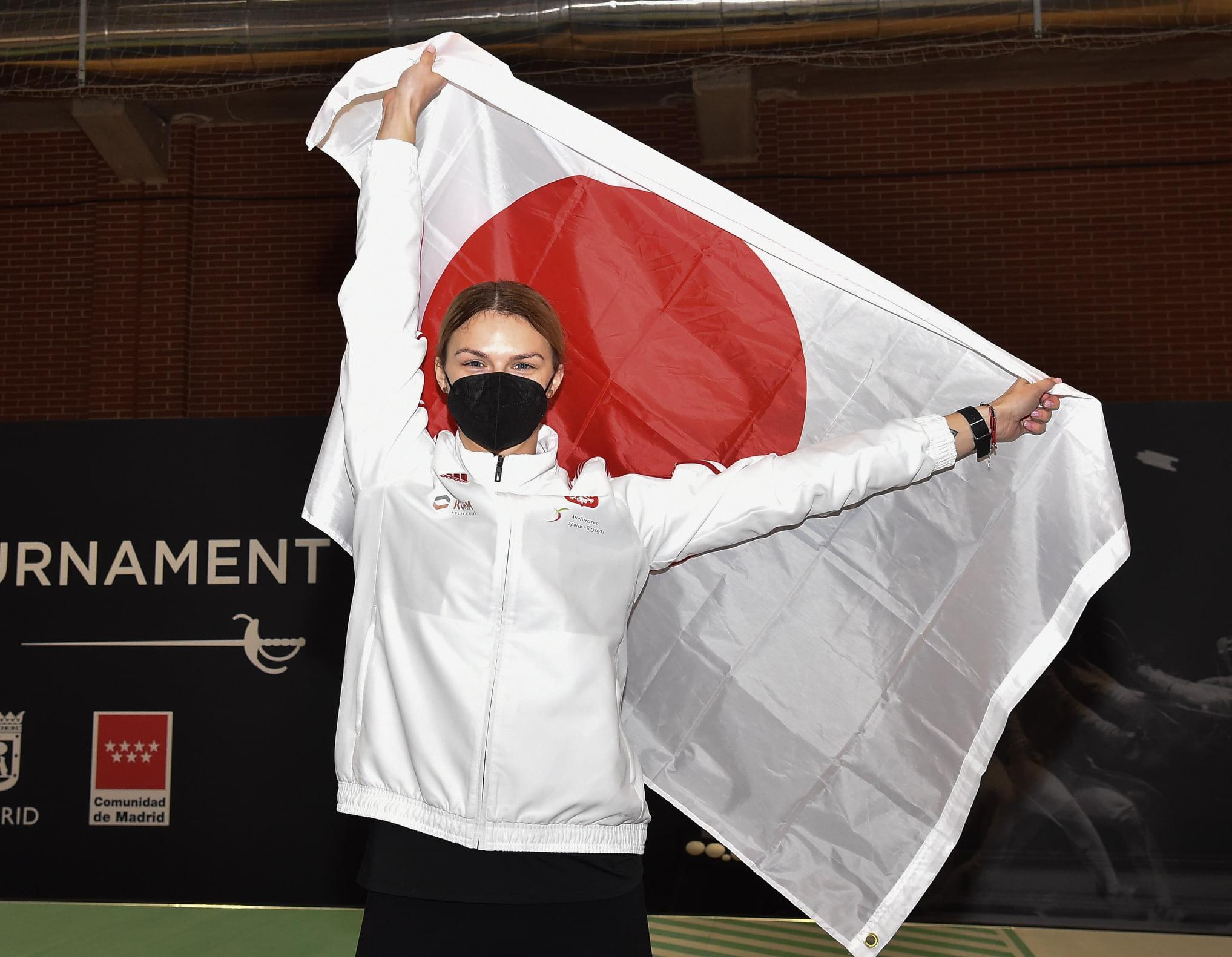 Esgrimista polonesa Martyna Jelinska segura bandeira japonesa