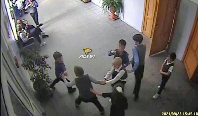 В Новосибирске старшеклассники сломали восьмилетнему школьнику позвоночник на глазах учителей