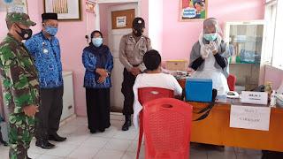 Personil Polsek Takkalalla Polres Wajo Dampingi Warga Saat Pemberian Vaksin