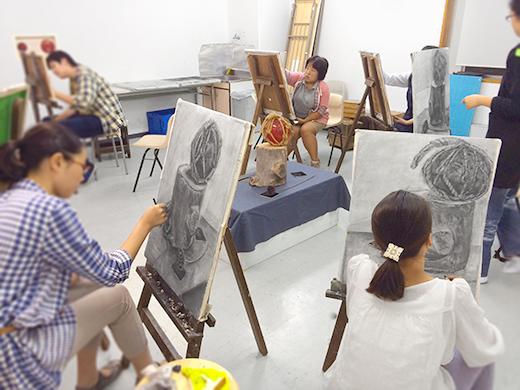 横浜美術学院の中学生教室 美術クラブ 「木炭デッサンを描こう!」制作の様子2