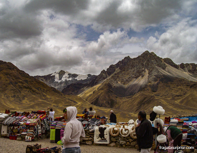 Mercado de artesanato no Mirante de La Raya, na estrada entre Puno e Cusco, Peru