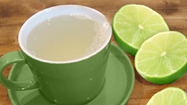 Bebe agua con limon