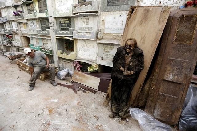 Exhumación de tumbas en Guatemala
