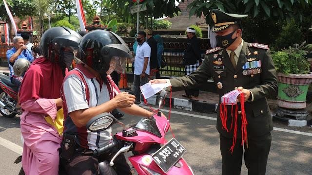 Aksi Bagi Masker dan Tisu Hand Sanitizer di Purbalingga