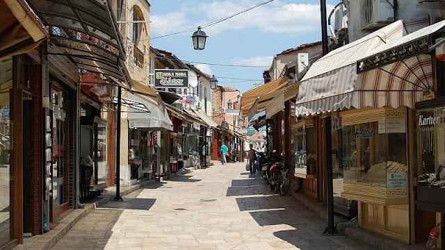 Penampakan kota tua Skopje lengkap dengan toko-toko jaman dulu