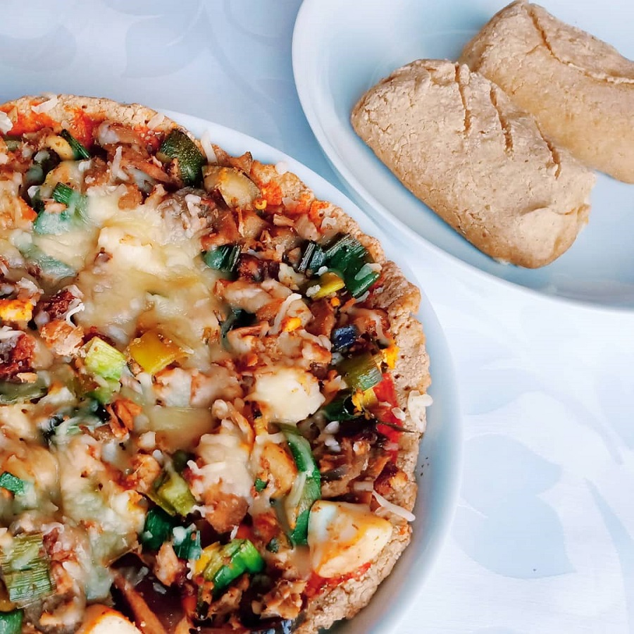 Pãezinhos com chouriço e queijo ou base de pizza