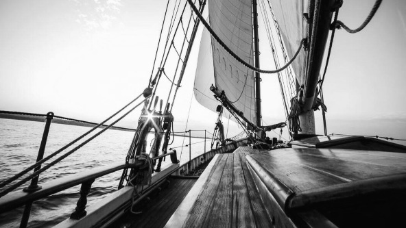boat_sailing_with sails_propelled_by_the_wind