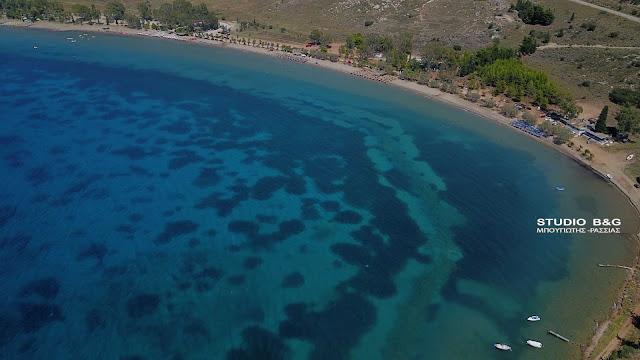 Εκατοντάδες αψήφισαν τα μέτρα και ξεχύθηκαν σε παραλία του Ναυπλίου (βίντεο)