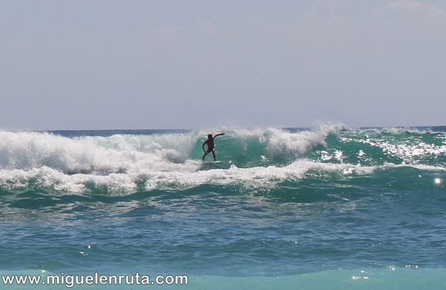 Thomas-Beach-surfeando-olas