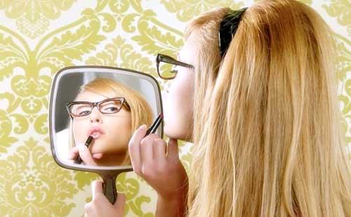 chica maquillandose espejo