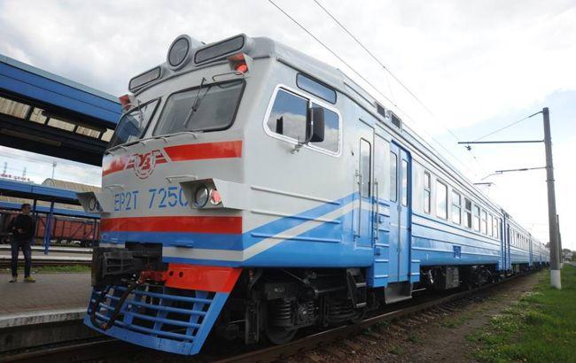 Невідомі атакували потяг Укрзалізниці: заблокували колії шинами і побили вікна