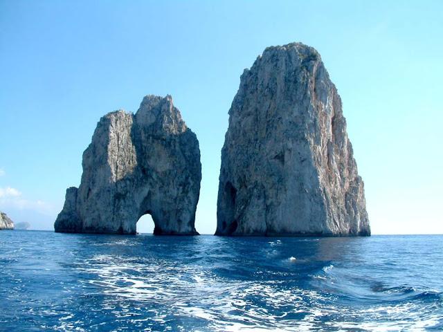 Faraglione de Capri – Italia