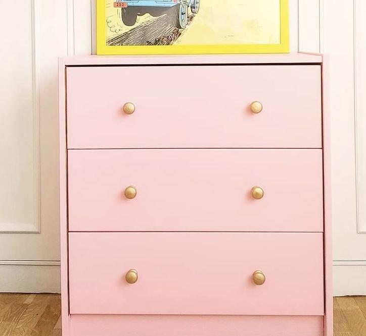 Cómoda de IKEA pintada de rosa con tiradores nuevos