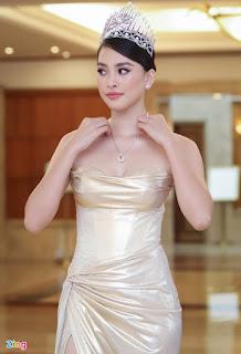 Tiểu Vy khoe dáng với váy cúp ngực