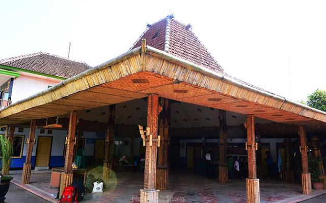 Joglo di Kelurahan Desa Wisata Sanankerto dilapisi anyaman bambu