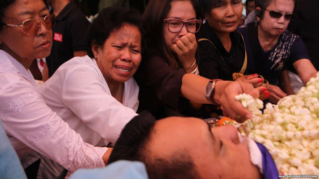 Mourners cried for Kem Ley, an independent analyst, at a Buddhist pagoda, in the outskirt of Phnom Penh, on Monday, July 11, 2016. (Hean Socheata/VOA Khmer)
