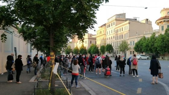 Passeggeri accalcati in attesa del bus sostitutivo a Castro Pretorio