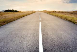 Hampir Terjatuh Dari Motor Akibat Lubang di Jalan Aspal : Hati – Hati saat mengiringi mobil ketika menggunakan Motor