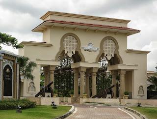 Foto 1: Pintu gerbang utama ke Kota Iskandar