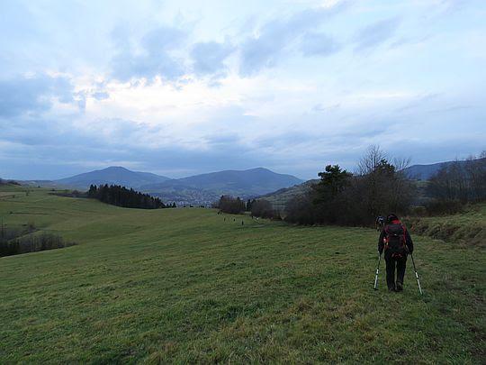 Łąkami schodzimy do wsi Łostówka.