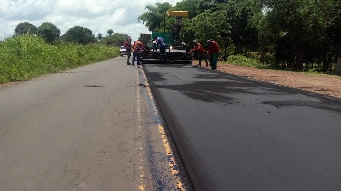 ASFALTO - Após garantir ao Prefeito Nagib, governador Flávio Dino inicia as obras de recuperação da MA-026