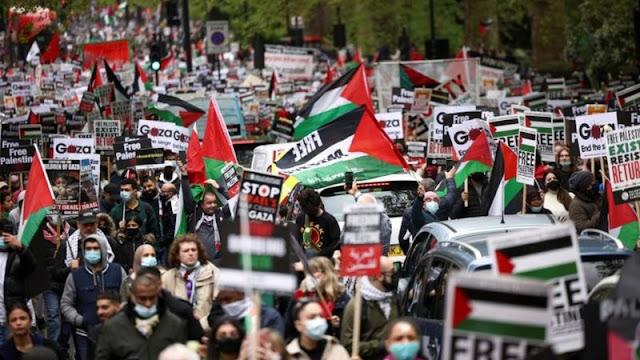 """أجرت السلطات البريطانية التحقيق مع ضابطة في شرطة العاصمة البريطانية، بعد أن رصد تصويرها وهي تعانق أحد المتظاهرين في مسيرة وتهتف """"فلسطين حرة""""."""