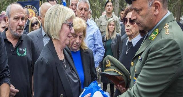 Συγκλονιστικό:Η Μάνα του Ανθυπολοχαγού Μενελάου έσκαψε με ίδια της τα χέρια και έβγαλε τα Οστά του παιδιού της!