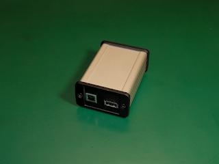 Interruptor de teste ITUSB1. As portas que ligam ao anfitrião e ao dispositivo em teste encontram-se no painel frontal.